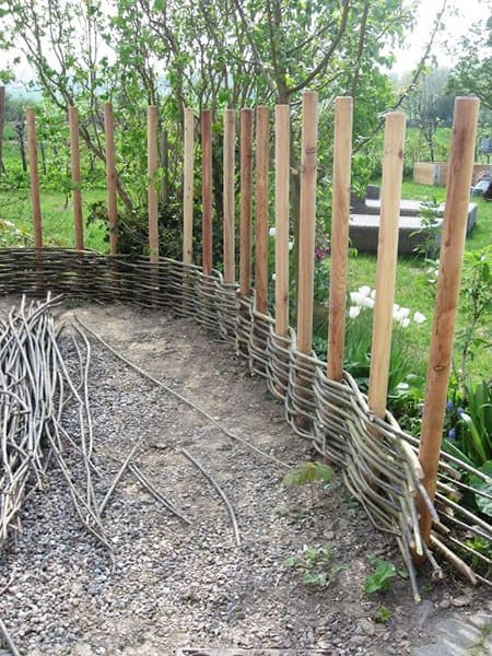 15 super easy diy garden fence ideas you need to try for Garden fencing ideas metal