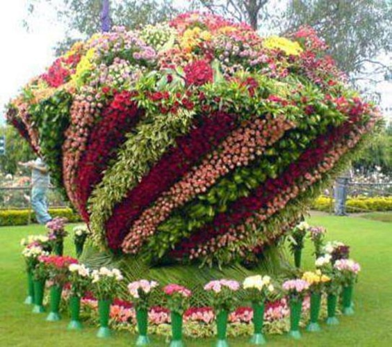 Shrub sculpture of a bowl of flowers