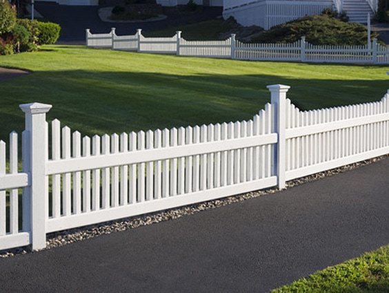 Contemporary Lovers Rejoice This Blend Of Traditional And Modern Fencing Design Creates A Landscaping Edge Clean Cut Well Measured Simplicity