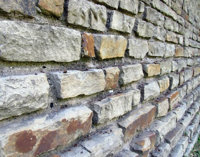 Good This Retaining Wall Features Jaggedly Cut Stone That Gives The Wall An  Almost Ancient Feel To It. This Would Be A Great Wall To Have In A Large  Outdoor Area ...