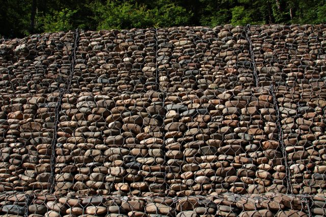 This Is A Great Gabion Retaining Wall Design That Features All Neutrally  Colored Stones. The Varying Shapes, Sizes And Colors Of The Stone Will Add  Depth ...