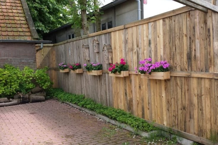 Fence with flowerbox attach