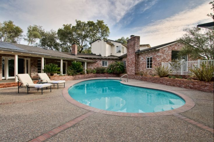 Beautiful home and patio, pool and lounge chairs