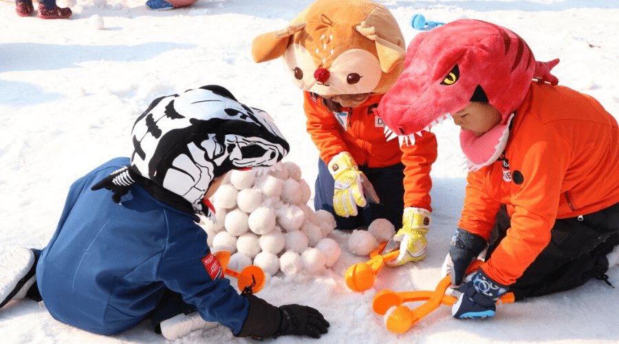making snowballs with snow toy