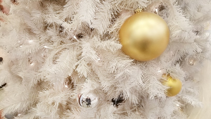 christmas tree decor ideas whte tree flocked with gold ornaments