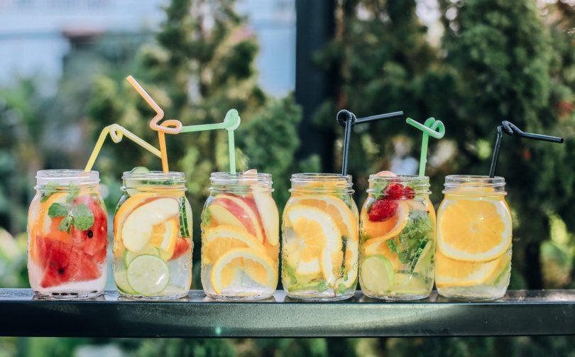 Plastic bar with 6 fresh drinks on it