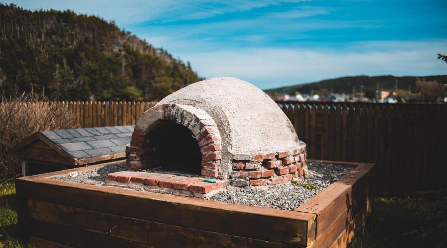 Brick outdoor pizza oven