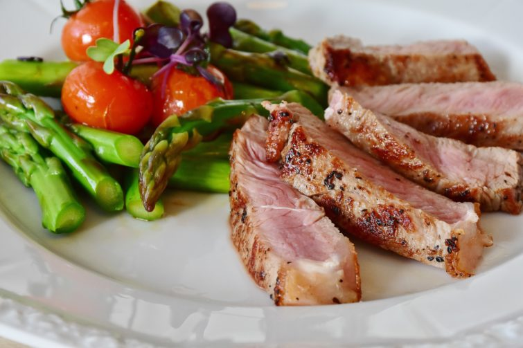 Steak with asparagus tomatoes and blueberries